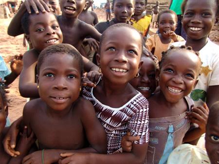 Hymyileviä lapsia
