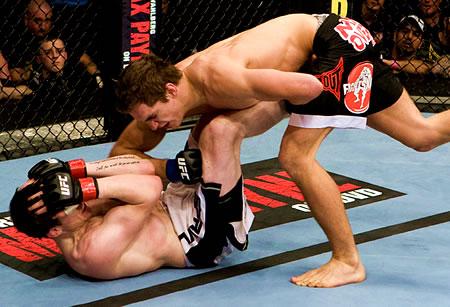 UFC-ottelijat taistelun tiimellyksessä